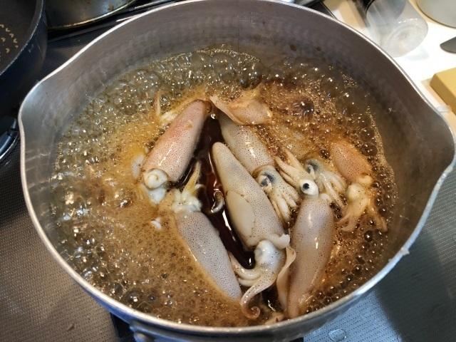 3小イカを泡で煮る.jpg