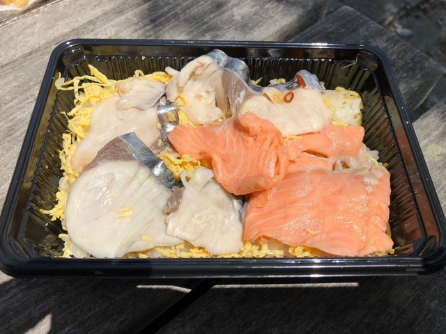 4サワラと讃岐さーもんのお寿司.jpg
