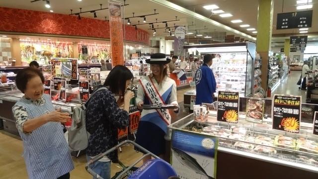写真③「大使 試食を勧める」.JPG